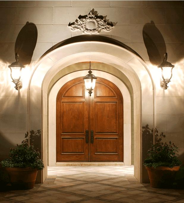 голяма входна врата с лампа