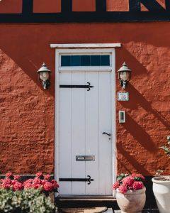 Как да се грижите за входната си дървенa врата